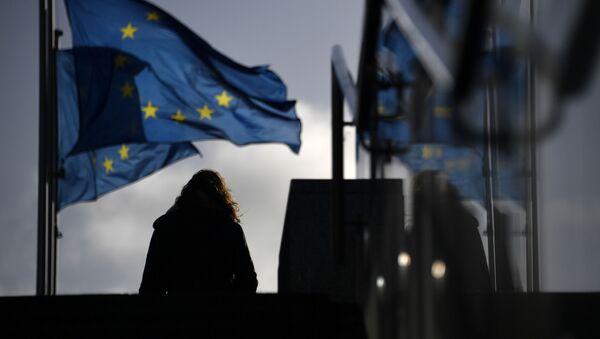 Женщина у здания Европейского парламента в Брюсселе - Sputnik Ўзбекистон