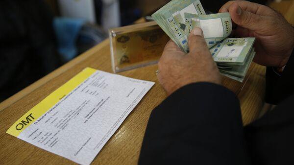Мужчина осуществляет денежный перевод - Sputnik Ўзбекистон
