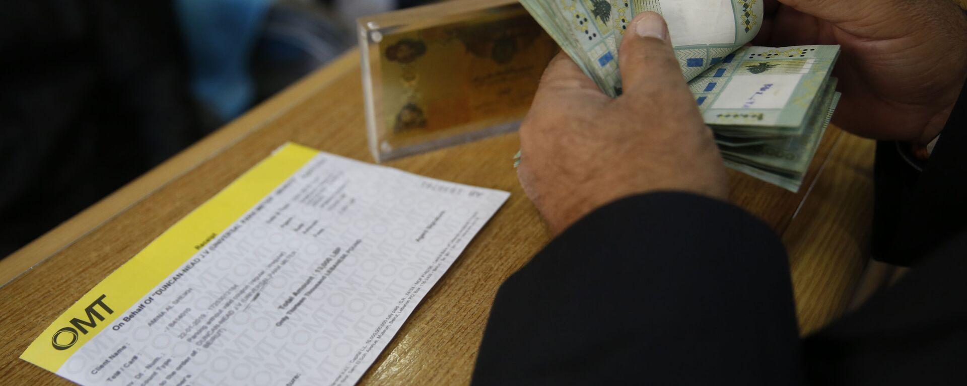 Мужчина осуществляет денежный перевод - Sputnik Узбекистан, 1920, 01.02.2021