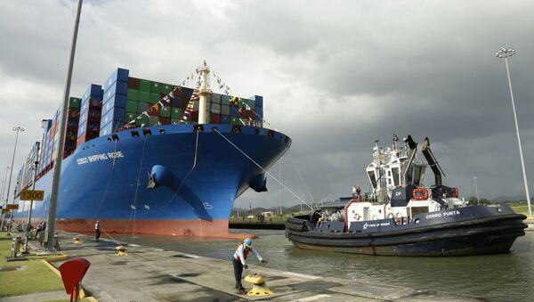 Работник Панамского канала стыкует китайский контейнеровоз Cosco - Sputnik Узбекистан