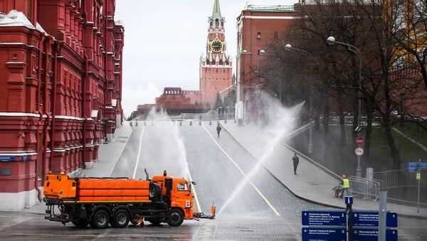 Автомобиль коммунальных служб дезинфицирует дороги и тротуары у Красной площади в Москве - Sputnik Ўзбекистон