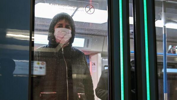 Jenщina v zaщitnoy maske v vagone poyezda na stantsii metro Novokuznetskaya v Moskve - Sputnik Oʻzbekiston