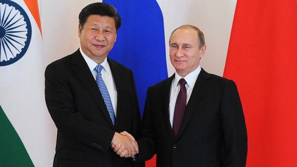 Rossiya prezidenti Vladimir Putin (oʻngda) va XXR rahbari Si Tszinpin - Sputnik Oʻzbekiston