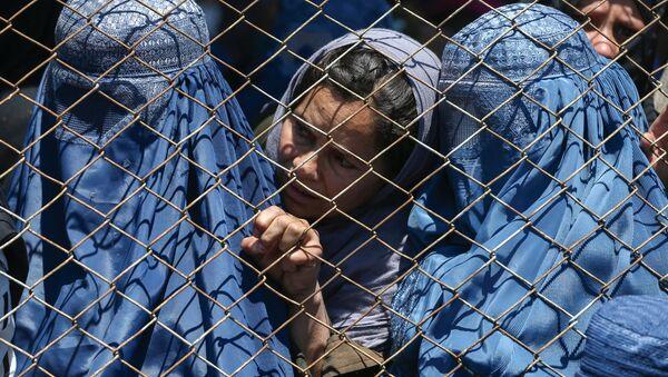 Афганские женщины в ожидании выдачи помощи от правительства Афганистана в Кабуле - Sputnik Ўзбекистон