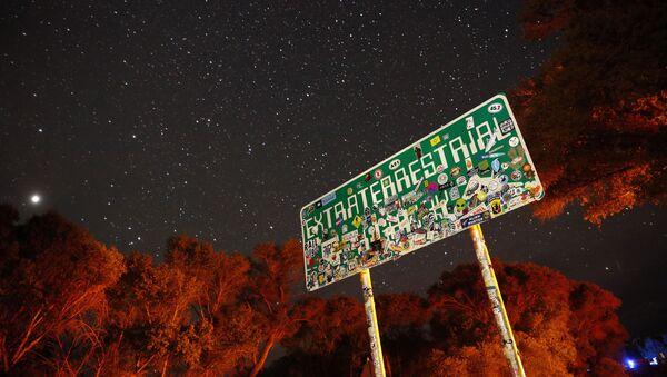Указатель на трассе 375 (шоссе НЛО), ведущей к Зоне 51 в Неваде, США - Sputnik Ўзбекистон