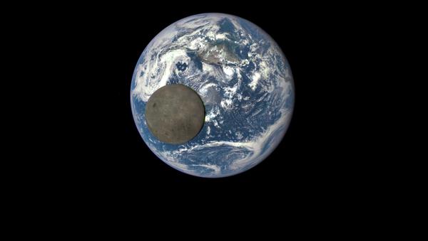 Уникальный снимок Луны на фоне Земли, сделанный с помощью космического аппарата Deep Space Climate Observatory - Sputnik Ўзбекистон