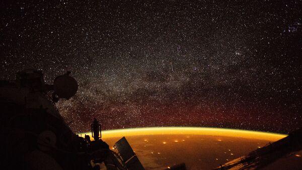 Собственное свечение атмосферы Земли, снятое астронавтом с борта МКС  - Sputnik Узбекистан