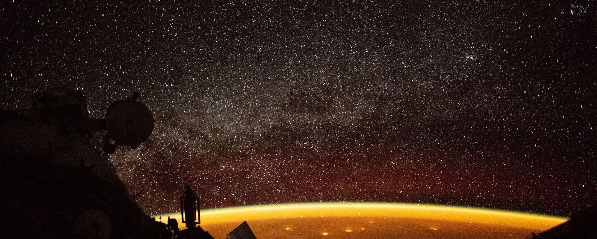 Собственное свечение атмосферы Земли, снятое астронавтом с борта МКС  - Sputnik Узбекистан, 1920, 16.02.2021