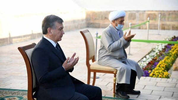Президент Узбекистана Шавкат Мирзиёевв ходе поездки в Бухарскую область посетил мавзолей Бахоуддина Накшбанда - Sputnik Узбекистан