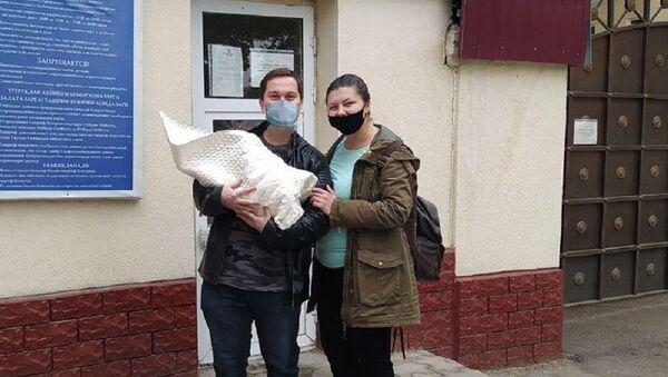 Сотрудники ГУВД Ташкента помогли молодой маме с новорожденным добраться домой - Sputnik Узбекистан
