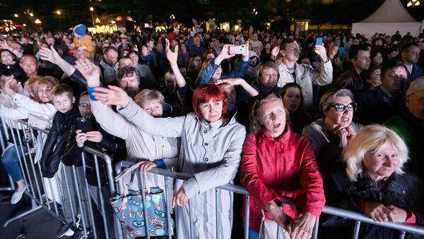 Зрители на концерте в Ялте в 2019 году - Sputnik Узбекистан