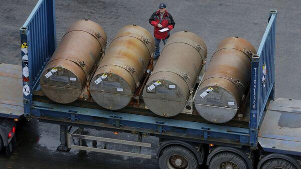 Контейнеры с низкообогащенным ураном для использования в качестве топлива для ядерных реакторов в порту в Санкт-Петербурге - Sputnik Ўзбекистон