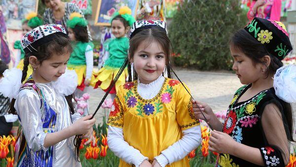 Таджикская девочка в нарядном костюме, архивное фото - Sputnik Ўзбекистон