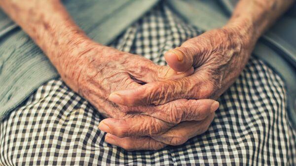 Руки пожилой женщины - Sputnik Узбекистан