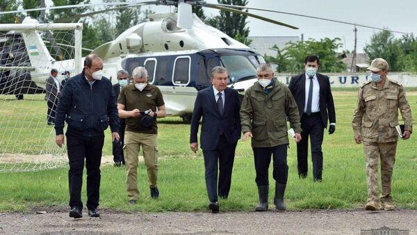 Президент Шавкат Мирзиёев прибыл в Сырдарьинскую область для ознакомления с последствиями произошедшего сегодня утром прорыва дамбы Сардобинского водохранилища - Sputnik Узбекистан
