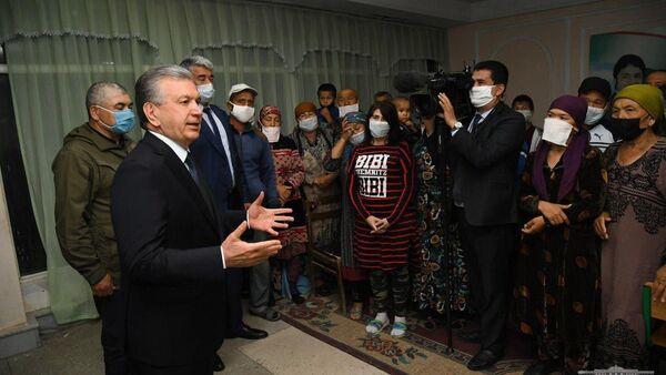 Президент Узбекистана Шавкат Мирзиёев побеседовал в Гулистане сэвакуированными из зоны чрезвычайной ситуации в Сардобе - Sputnik Узбекистан