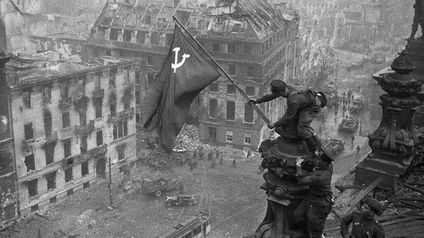 Знамя Победы над Рейхстагом: подробности главного штурма Берлинской операции - Sputnik Узбекистан