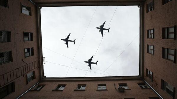 Тяжелые транспортные самолеты Ил-76 на репетиции воздушной части парада Победы в Москве - Sputnik Ўзбекистон