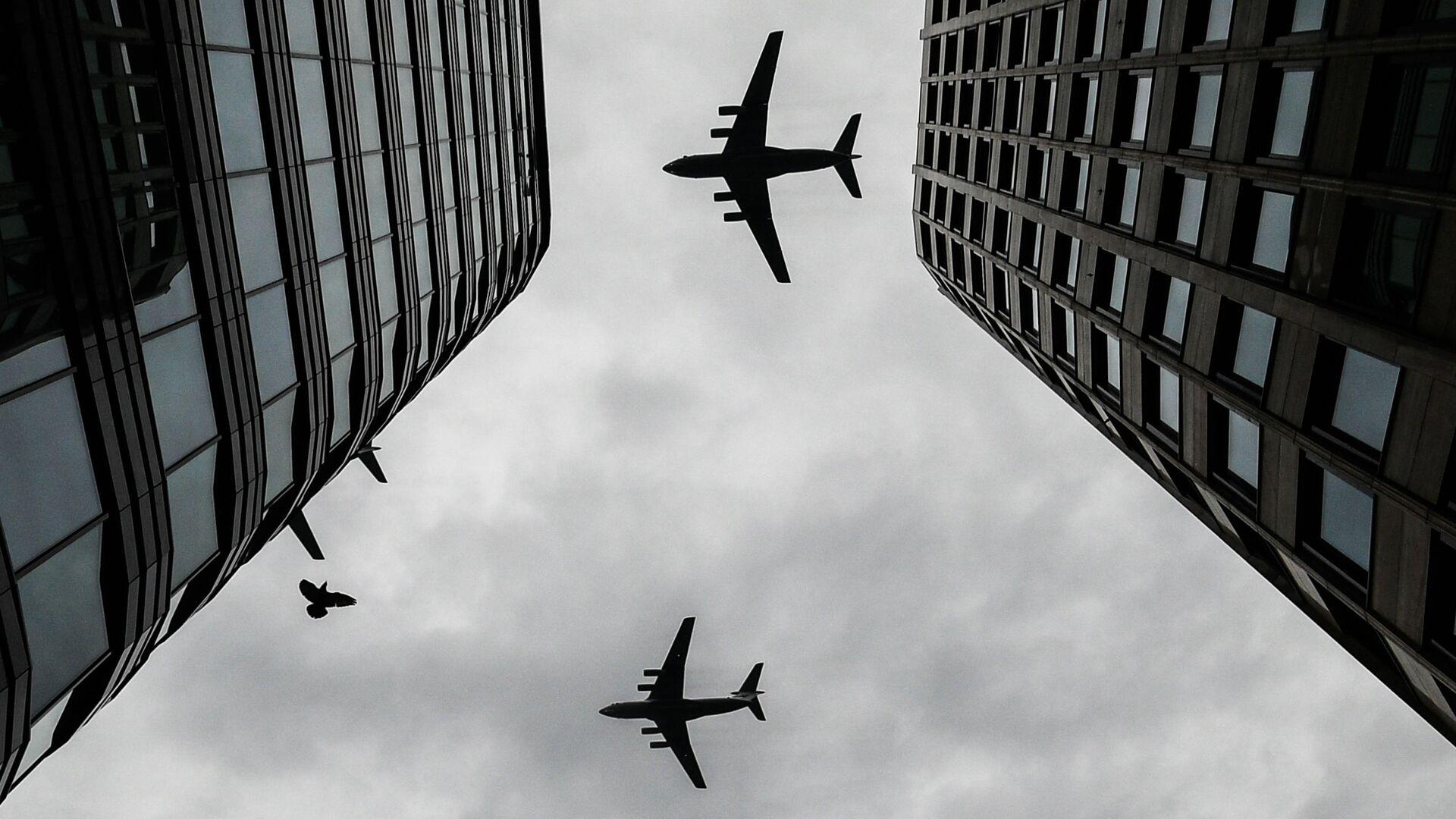 Тяжелые транспортные самолеты Ил-76 на репетиции воздушной части парада Победы в Москве - Sputnik Узбекистан, 1920, 27.07.2021