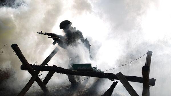 Военнослужащий во время учений - Sputnik Узбекистан