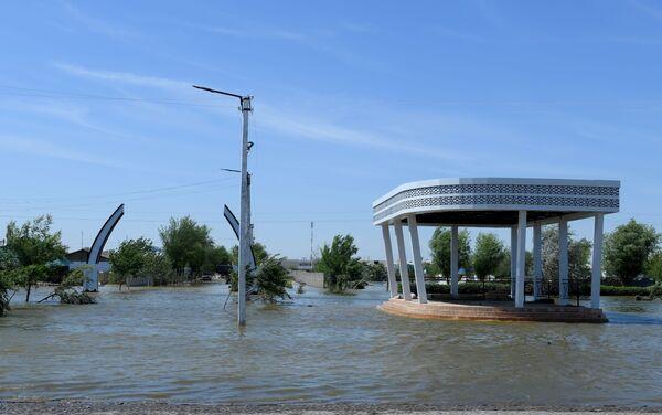 Входная арка в одной из махаллей затопленного поселка - Sputnik Узбекистан