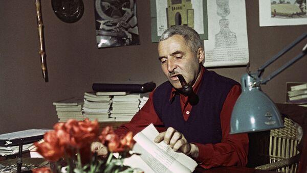 Pisatel Konstantin Simonov v svoyem rabochem kabinete - Sputnik Oʻzbekiston