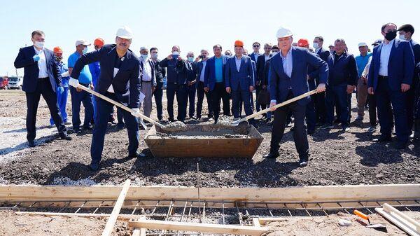 Премьер-министр РК Аскар Мамин и премьер-министр РУ Абдулла Арипов заложили фундамент первого дома в Мактааральском районе - Sputnik Ўзбекистон