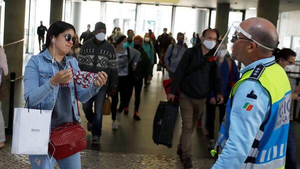 Portugalskiy politseyskiy zastavlyayet devushku nadet masku v metro - Sputnik Oʻzbekiston