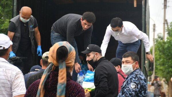 Деятели узбекского футбола оказали помощь семьям, пострадавшим от наводнения в Сырдарье - Sputnik Узбекистан