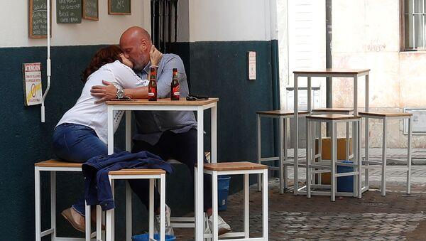 Целующаяся парочка в испанском баре - Sputnik Узбекистан