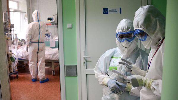 Врачи в отделении реанимации и интенсивной терапии городской клинической больницы - Sputnik Ўзбекистон