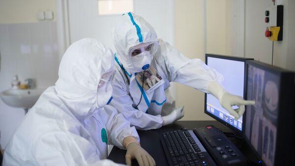 Врачи в кабинете компьютерной томографии медицинского исследовательского центра - Sputnik Узбекистан
