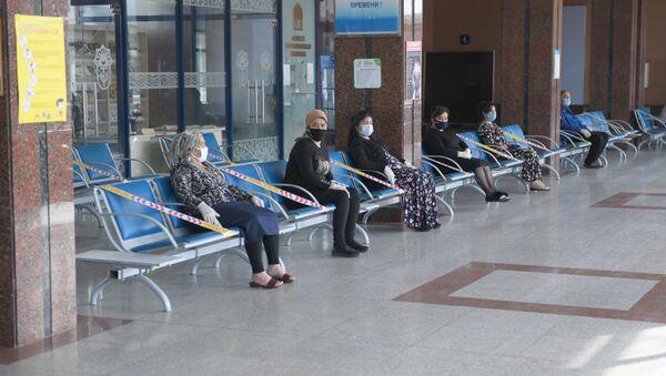 Пассажиры в ожидании поезда на вокзале в Ташкенте - Sputnik Узбекистан