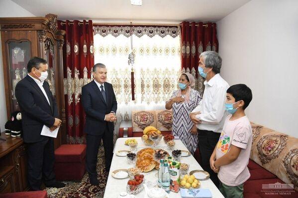 Shavkat Mirziyoyev Andijondagi xonadonlardan biriga tashrif buyurdi - Sputnik Oʻzbekiston