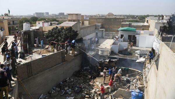 Спасатели на месте крушения самолета авиакомпании Пакистанские аваиалинии в Карачи - Sputnik Узбекистан