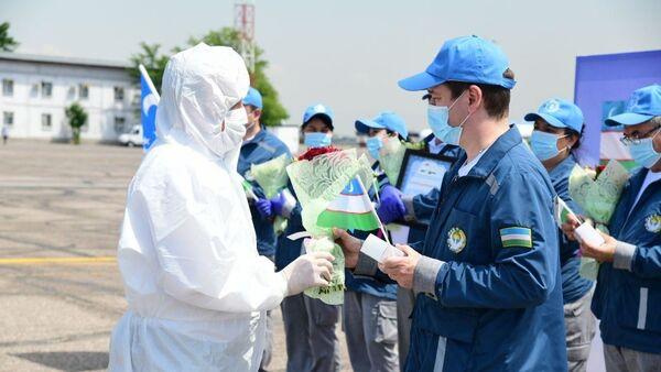 Dostoyno vstretili medikov okazavshix pomoщ Tadjikistanu  - Sputnik Oʻzbekiston