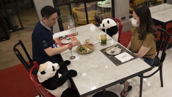 Посетители ресторана во время соблюдения дистанции в Бангкоке - Sputnik Ўзбекистон