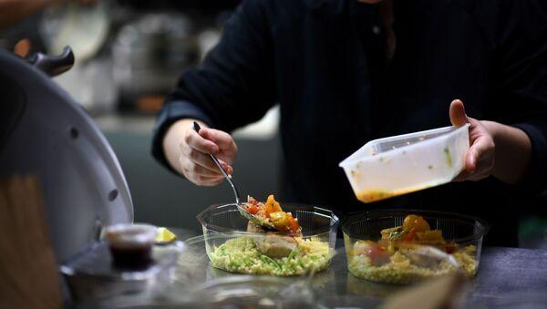 Povar gotovit v restorane v Parije yedu na vыnos - Sputnik Oʻzbekiston