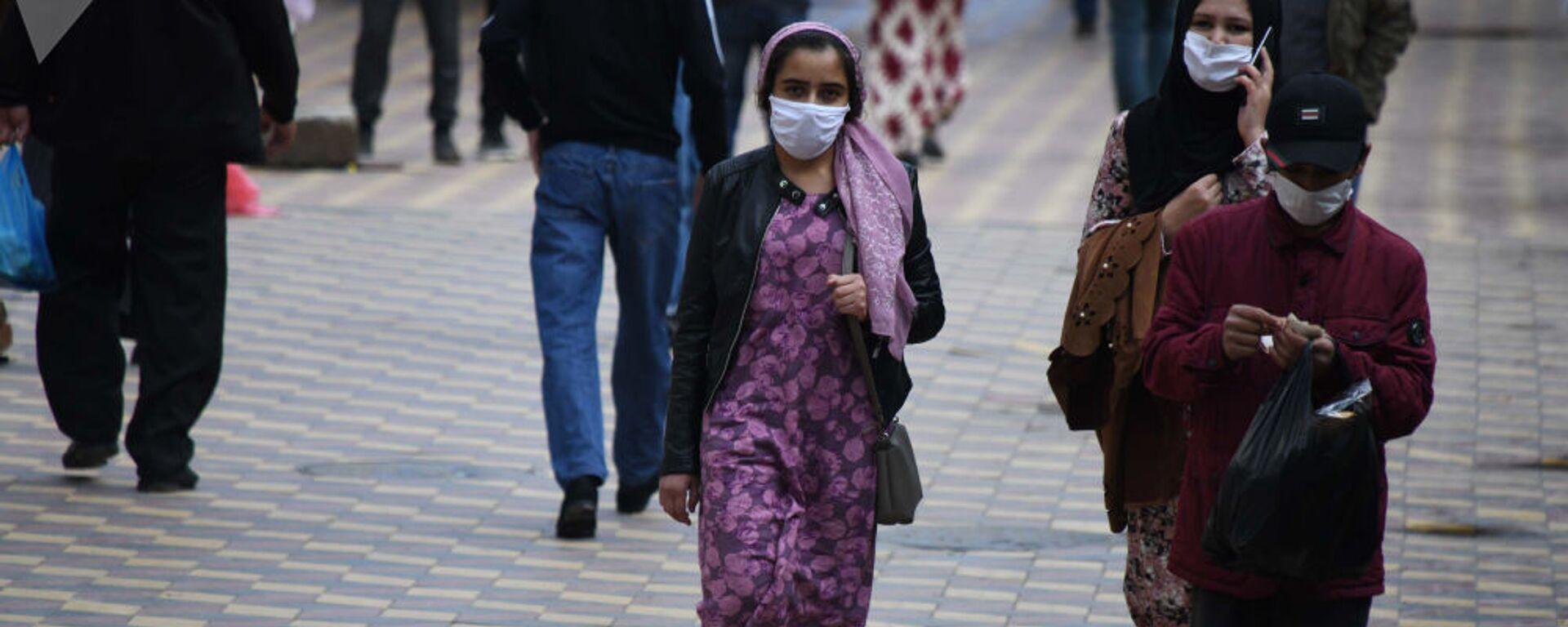 Жители города Душанбе в защитных масках на улице - Sputnik Ўзбекистон, 1920, 14.09.2021