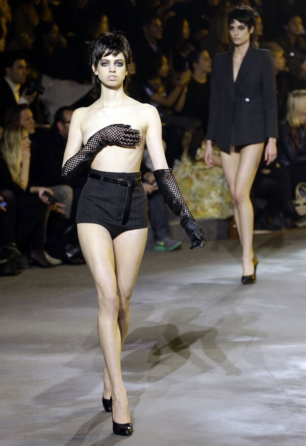 Модель топлес на Неделе моды в Нью-Йорке - Sputnik Узбекистан