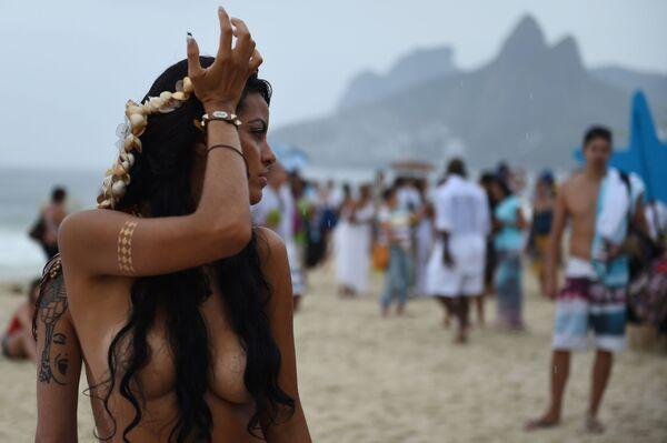 Девушка позирует топлесс на фестивале Йемайя в Бразилии - Sputnik Узбекистан
