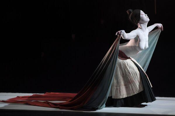 Актриса театра Legend Lin Dance Theatre во время спектакля  The Eternal Tides - Sputnik Узбекистан