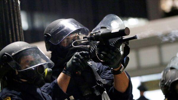 Столкновения демонстрантов с полицией во время акции протеста в Окленде, Калифорния - Sputnik Ўзбекистон
