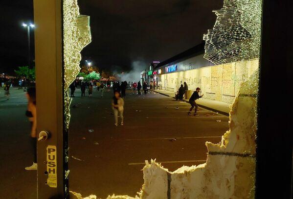 Разбитая витрина магазина в Миннеаполисе - Sputnik Узбекистан