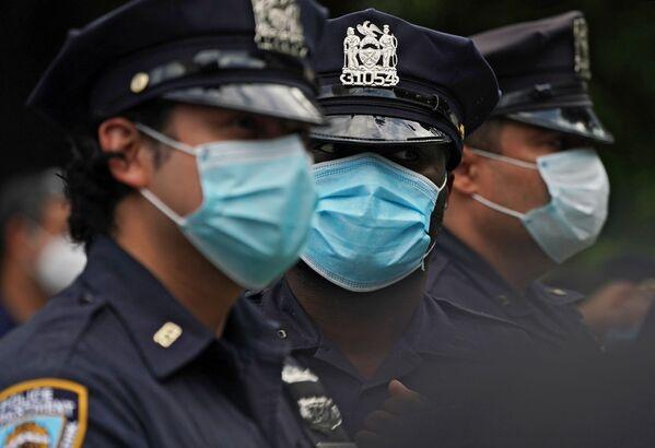 Полицейские стоят в оцеплении во время протеста на одной из улиц Нью-Йорка - Sputnik Узбекистан