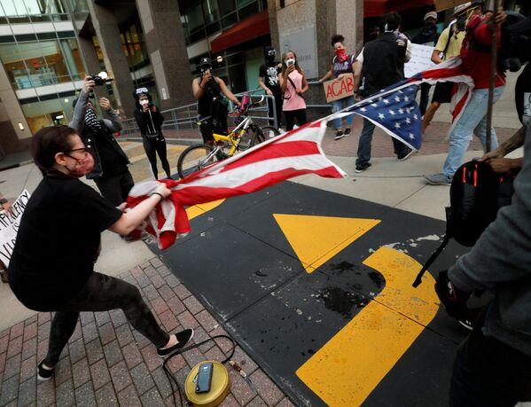 Протестующие рвут флаг США в Северной Каролине  - Sputnik Узбекистан