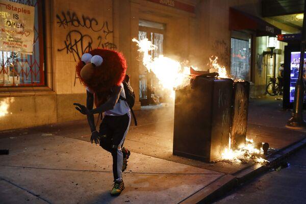 Протестующий в маске Elmo во время протестов в Филадельфии  - Sputnik Узбекистан