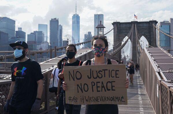 Участники протеста, вызванного смертью афроамериканца Джорджа Флойда, на одной из улиц Нью-Йорка - Sputnik Узбекистан