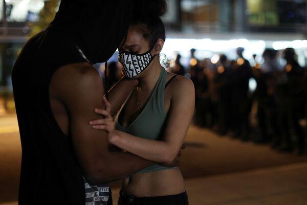 Протестующие обнимаются во время протестов в Вашингтоне  - Sputnik Узбекистан