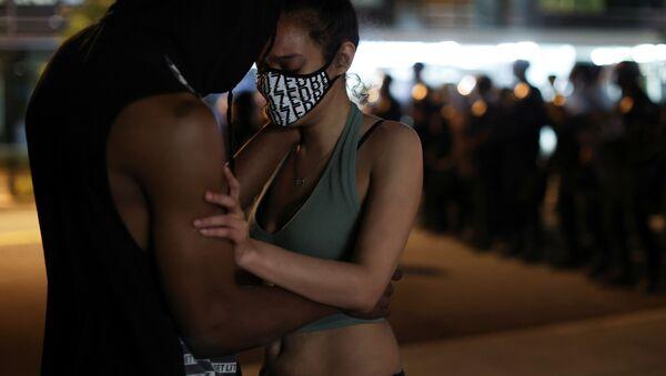 Протестующие обнимаются во время протестов в Вашингтоне  - Sputnik Ўзбекистон